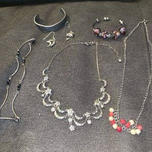 Jewelry - 2FOR$20💎Vintage jewelry bundle